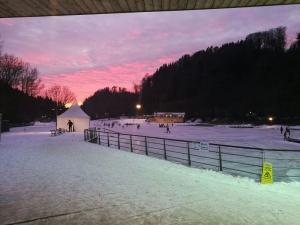 Eislaufen bei Dämmerung